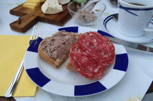 Leberwurst und Pfeffersalami auf Roggenbrötchen