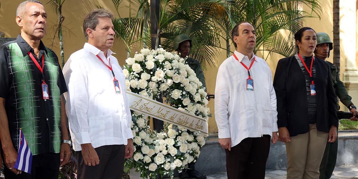 Ofrenda Floral embajada de Cuba en la Plaza José Marti