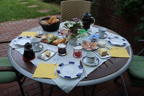 Frühstückstisch auf der Terasse (am vierten Morgen unseres diesjährigen Sommerurlaubs in Minden)