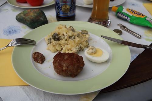 Frikadellen und gekochte Eier zu Kartoffelsalat  (mein 2. Teller)