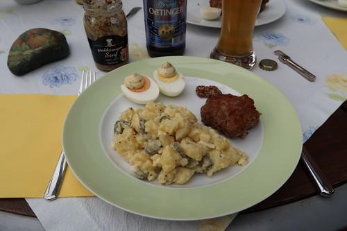 Frikadellen und gekochte Eier zu Kartoffelsalat (mein 1. Teller)