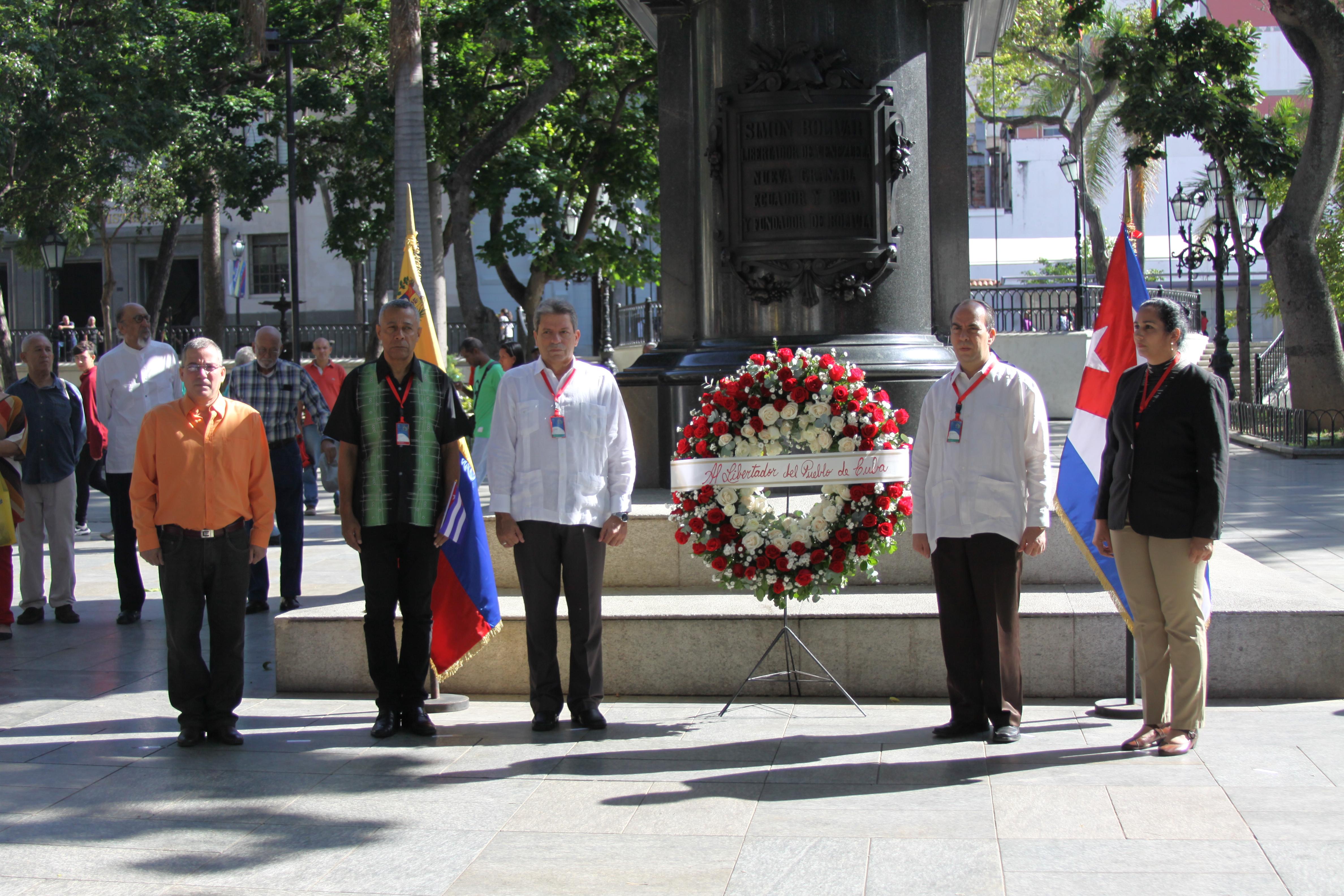 Ofrenda floral de la embajada de Cuba en la Plaza Bolívar