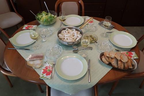 Tintenfischringe mit Knoblauch-Weißwein-Sud zu Baguette und Salat