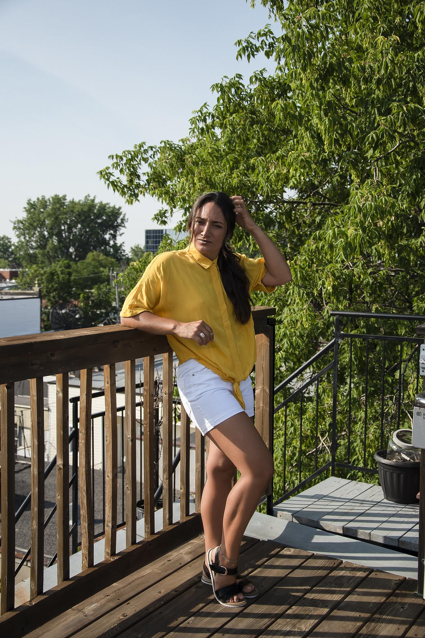 camille dg chandail jaune terrasse