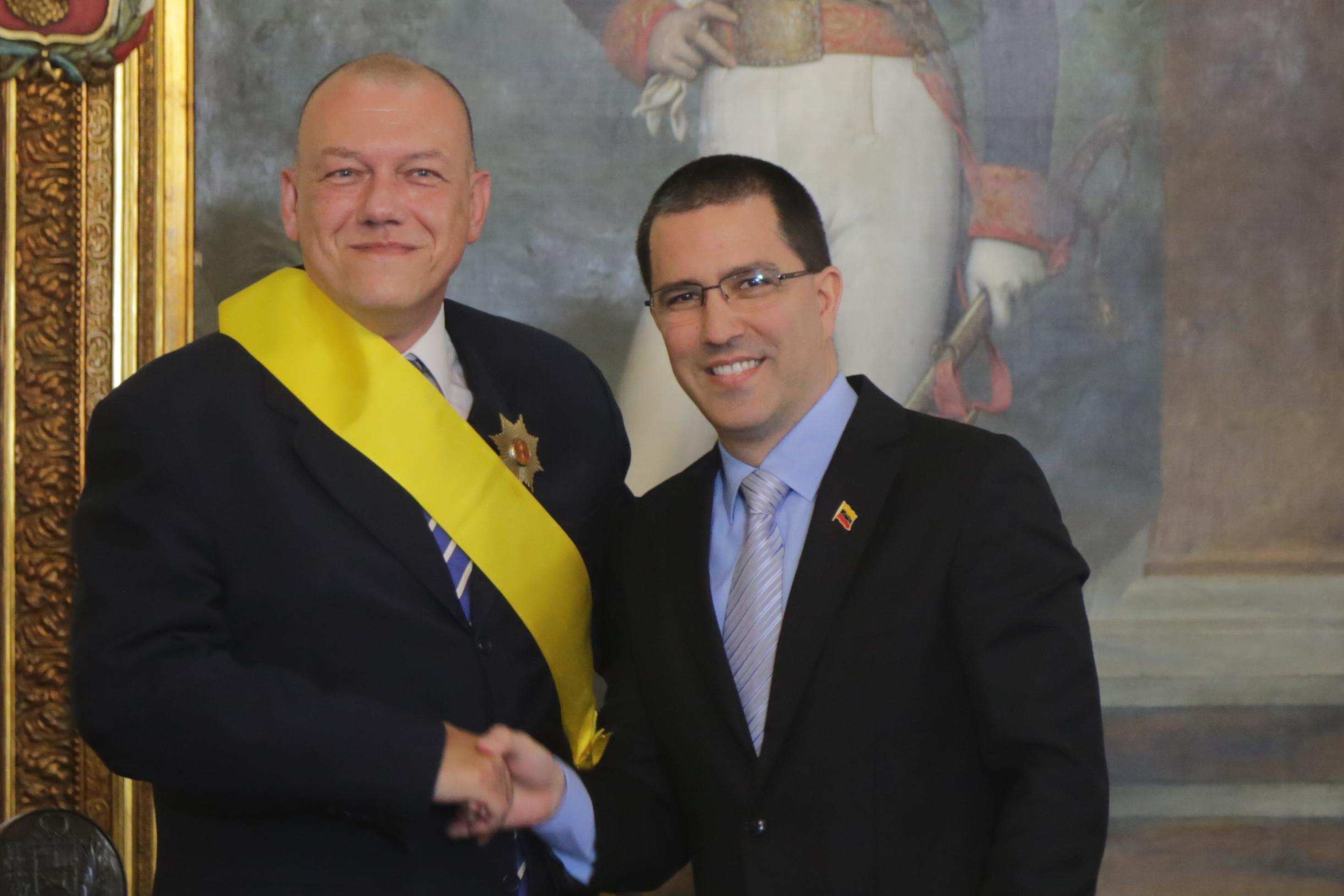 Canciller Arreaza entrega condecoración a Embajador saliente de Grecia
