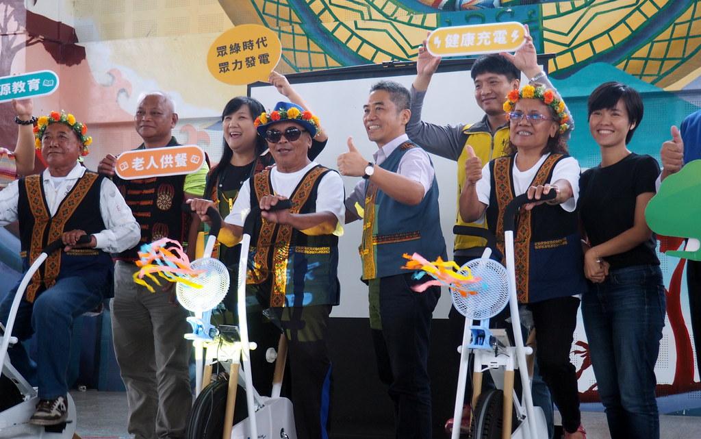 國泰金控CSR與陽光伏特家合作建置公益太陽能屋頂,綠電收益挹注長者健康和照護,記者會上捐贈部落腳踏車發電設備和社區關懷捐款。攝影:李育琴