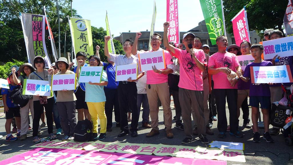 環保團體26日於行政院前舉行記者會,抗議中油將違法施工。孫文臨攝