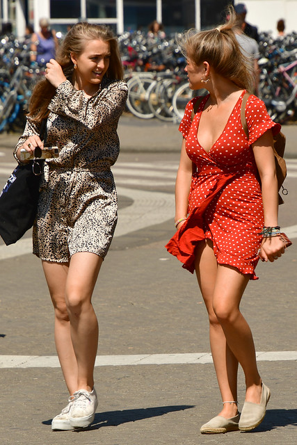 190723 Amsterdam - Streetlife - The girl in the red white dress 1006