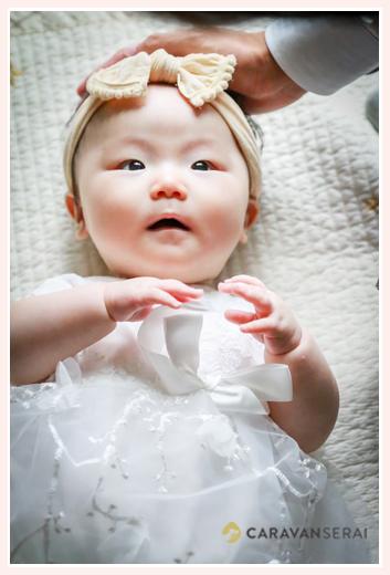 自宅で100日祝い ベビードレス着用の女の子赤ちゃん