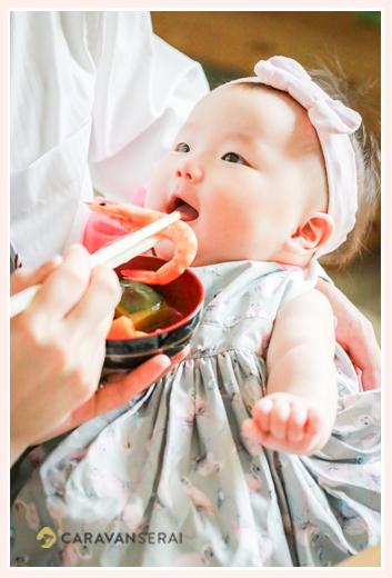 お食い初め 海老 マールマールのエプロンをつけた女の子赤ちゃん