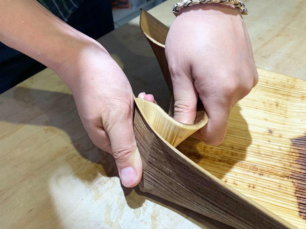 劉大衛手工示範檳榔鞘置物盒製作流程,一個凹折就有弧度,非常美。攝影/陳玠婷-1