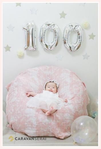 自宅で100日祝い デコレーションと女の子赤ちゃん