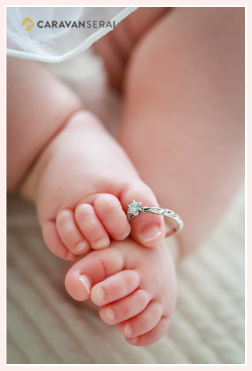 100日祝い記念の家族写真 赤ちゃんの足の指に指輪