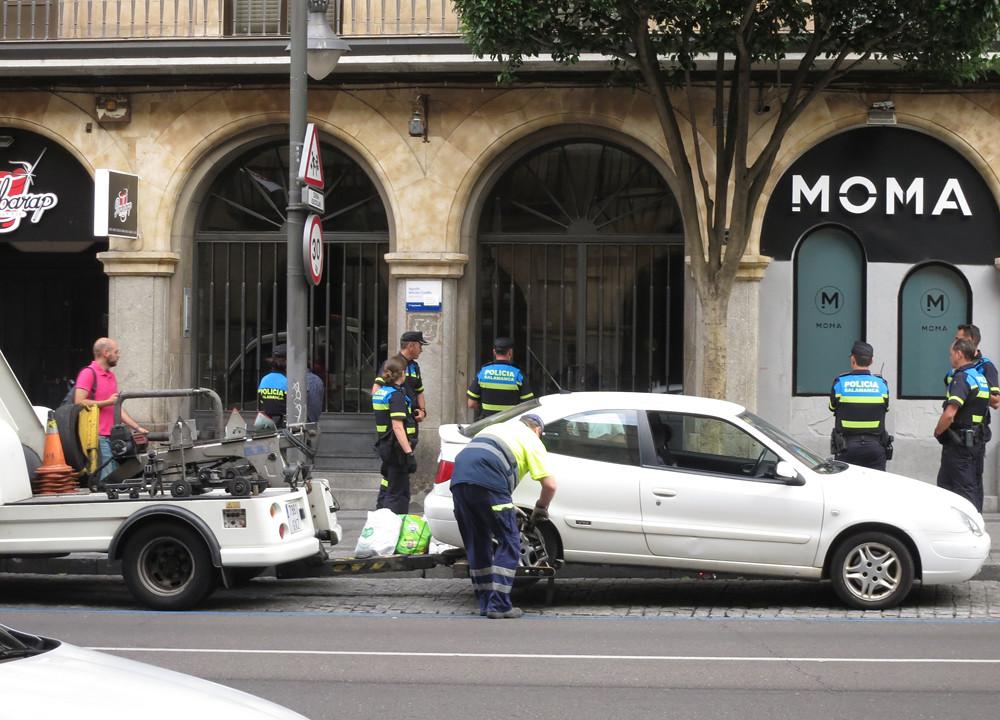 Policía Local, revuelo y griterío en la Gran Vía.  (12)