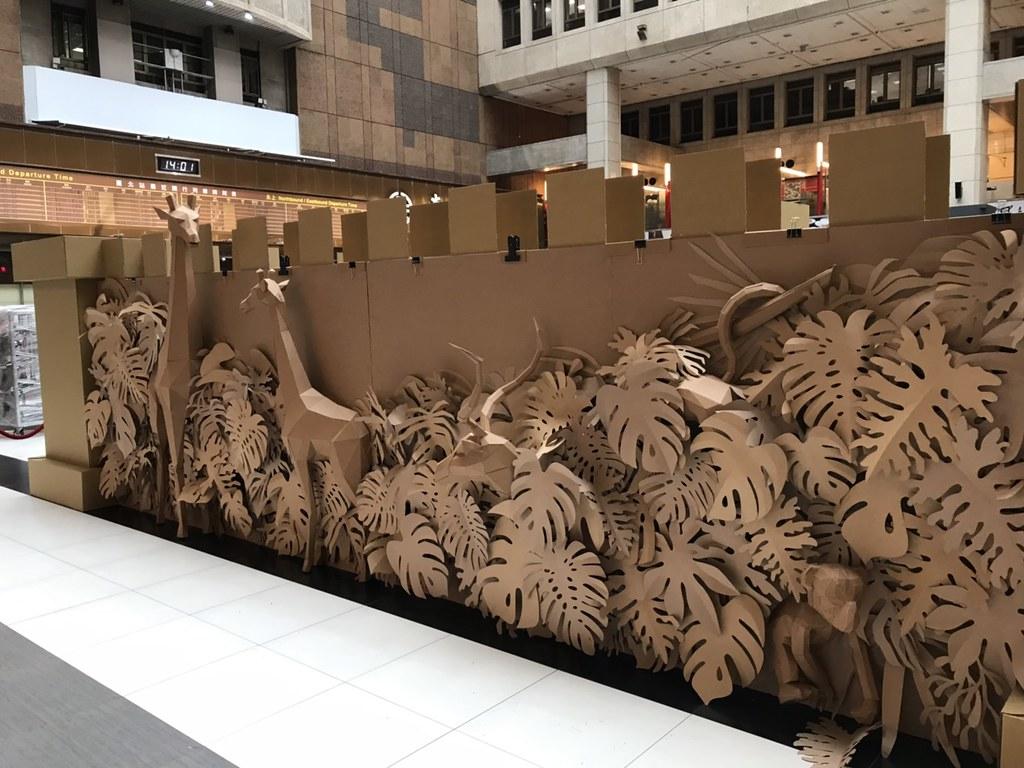 紙迷宮外是22米大的藝術牆,上頭有叢林造型的紙雕藝術。主辦單位提供