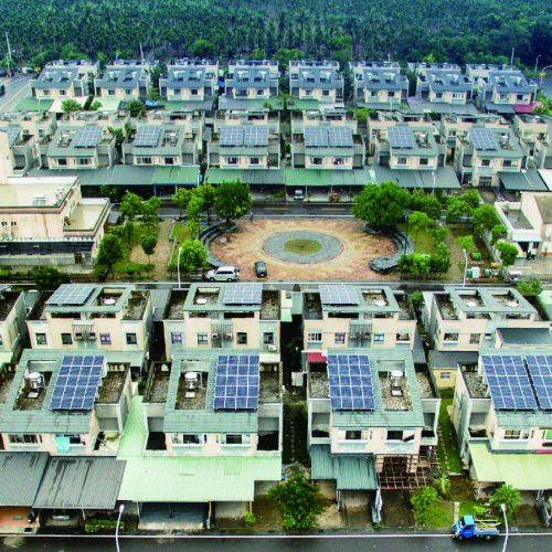 屏東縣烏拉魯茲部落在莫拉克風災遷村後,規劃成為太陽光電社區。圖片來源:太陽光電單一服務窗口網站