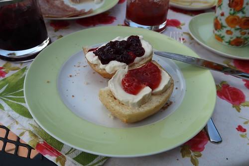 Erdbeermarmelade auf Camembert und Süßkirschmarmelade auf Schmand auf Dinkelbauernbrötchen