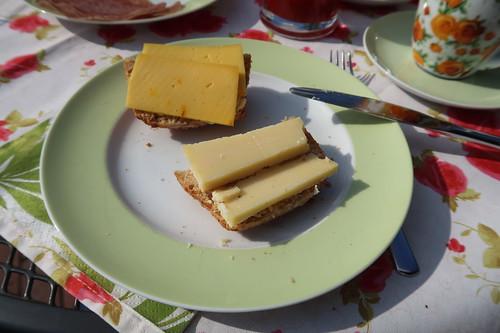 Safrankäse und Käse 'Purist' auf Kartoffelbrötchen