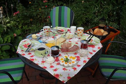 Frühstück im Garten (am letzten Morgen unseres diesjährigen Sommerurlaubs in Minden)