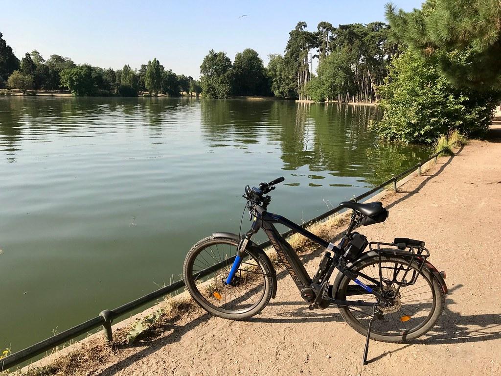 Vélo au bois de Boulogne, en bord de lac