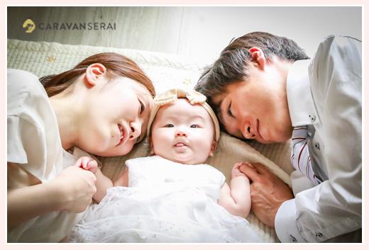 自宅の床に親子で転がって家族写真