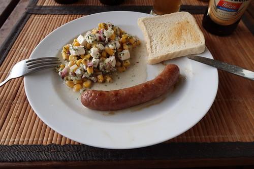 Wildbratwürstchen nach Art Merguez mit Mais-Feta-Zwiebel-Salat und Toast