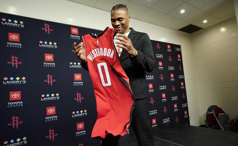 Russell Westbrook在加盟記者會上拿著新球衣。(達志影像)