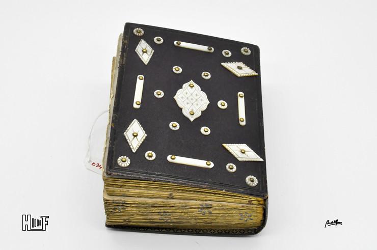 _DSC9111 Álbum em couro com aplicações de madre-pérola e 49 CDV's