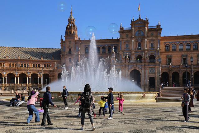 Blow bubbles of good wishes at Plaza de España