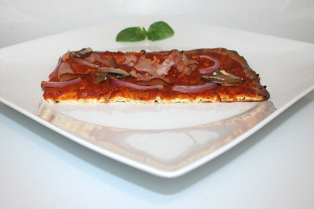 28 - LowCarb pizza with curd & cheese - Side view / LowCarb Pizza aus Quark & Käse - Seitenansicht