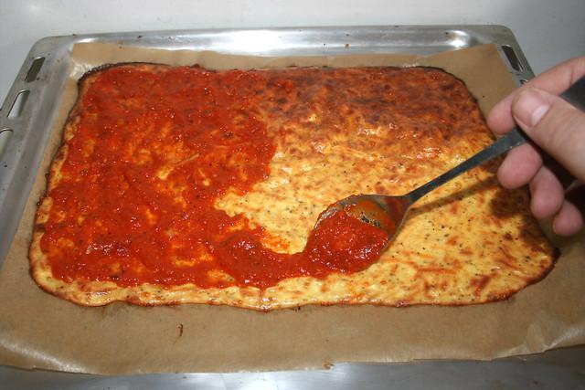 23 - Mit Pizzasauce bestreichen / Dredge with pizza sauce