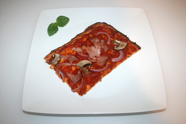 27 - LowCarb pizza with curd & cheese - Served / LowCarb Pizza aus Quark & Käse -  Serviert