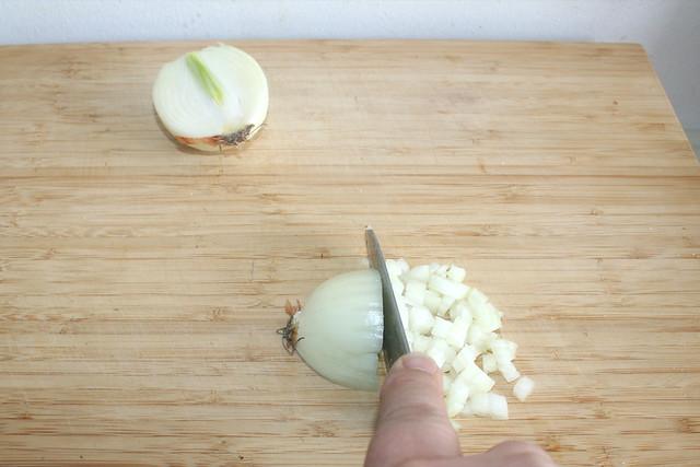 02 - Zwiebel würfeln / Dice onion