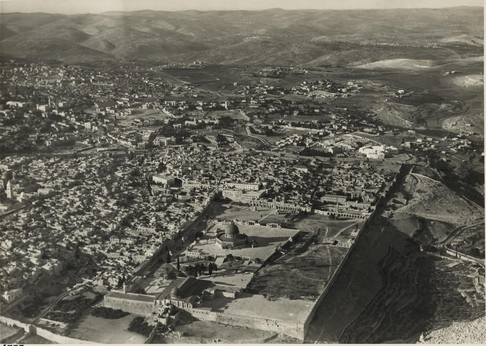 22. Иерусалим, район храма с юго-восточного угла, показывающий большую часть Старого города