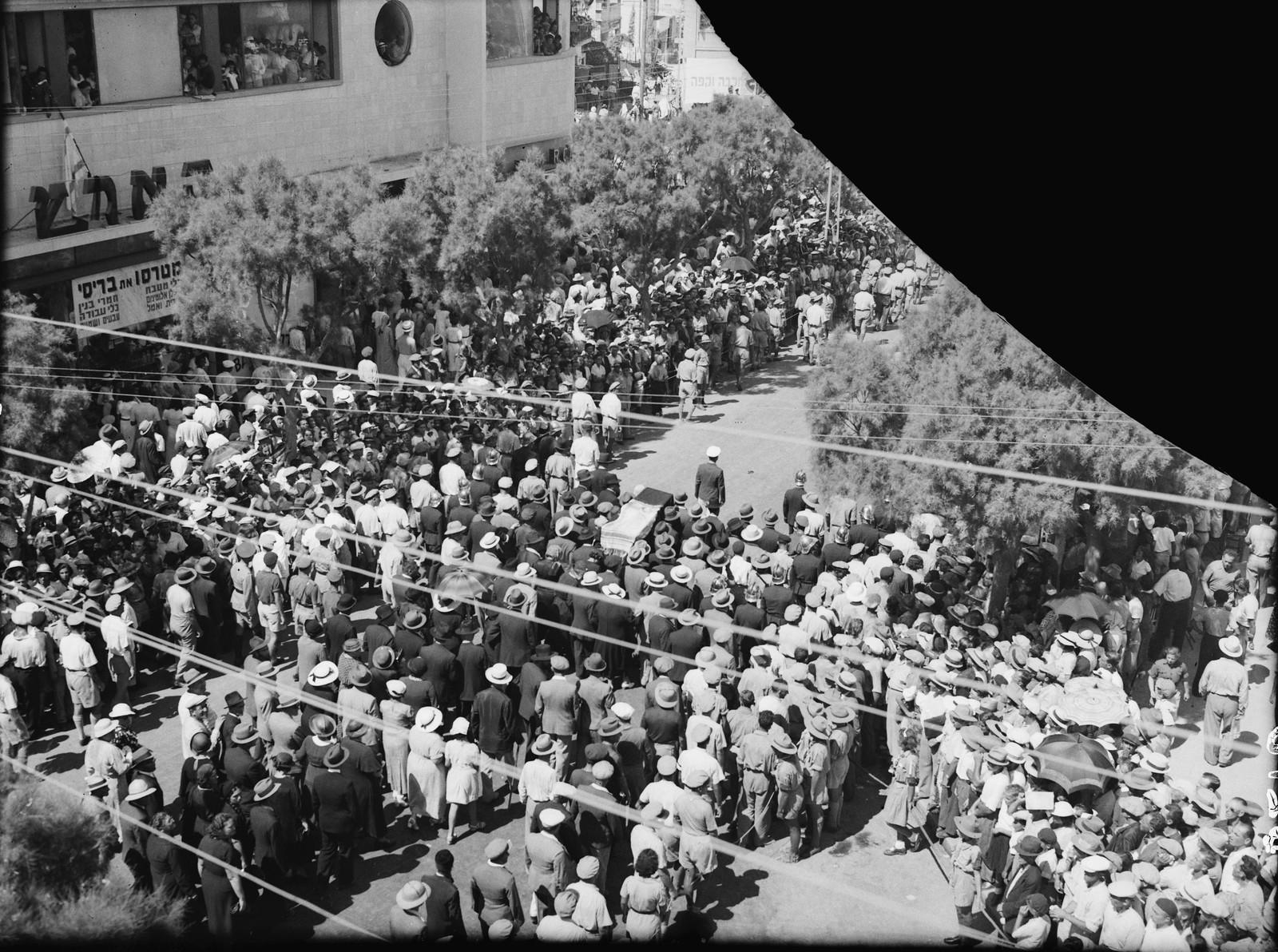 21. Похороны Меира Дизенгофа, мэра Тель-Авива. Умер 23 сентября. Похороны состоялись на следующий день