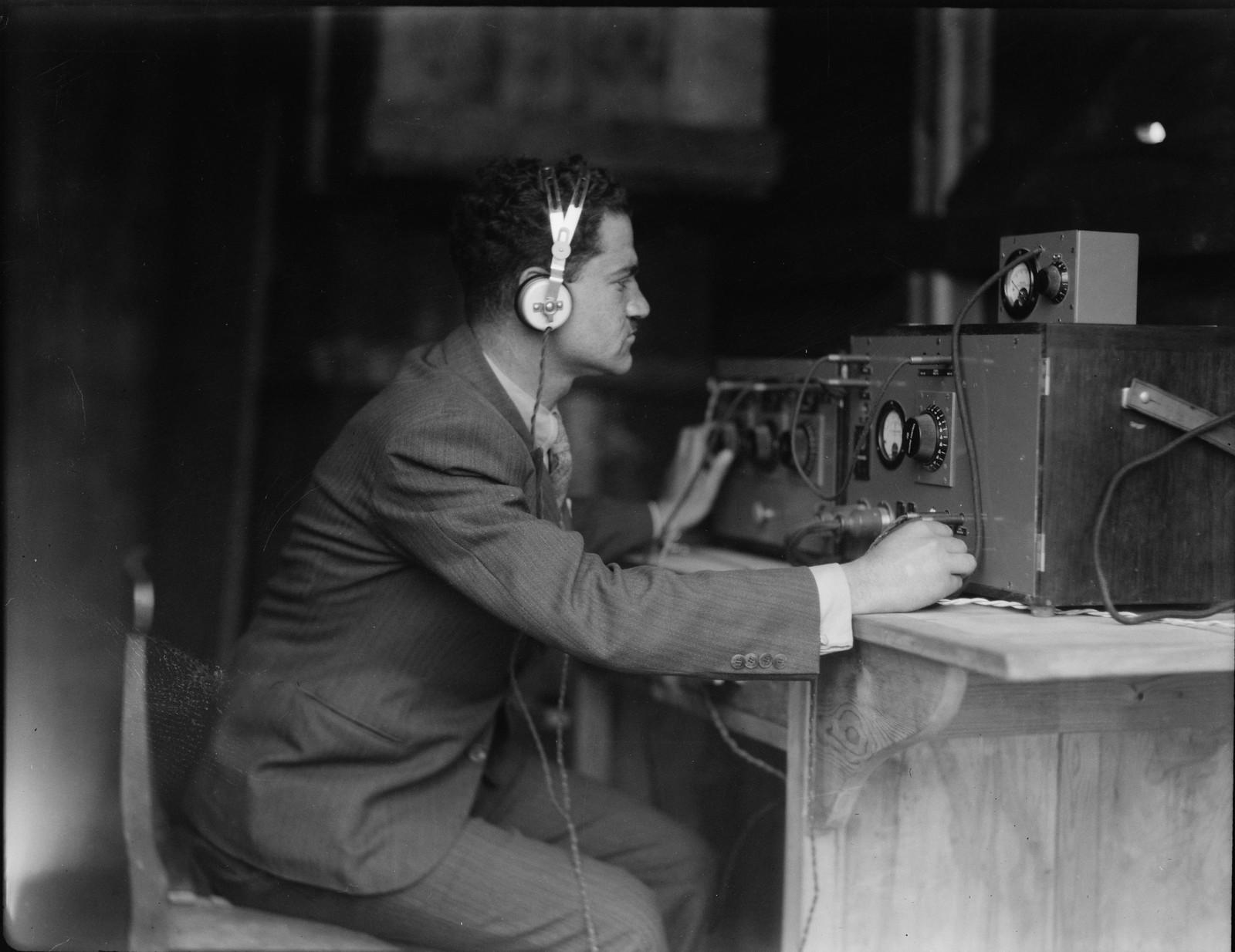 14. Торжественное открытие Палестинской радиовещательной службы. 30 марта