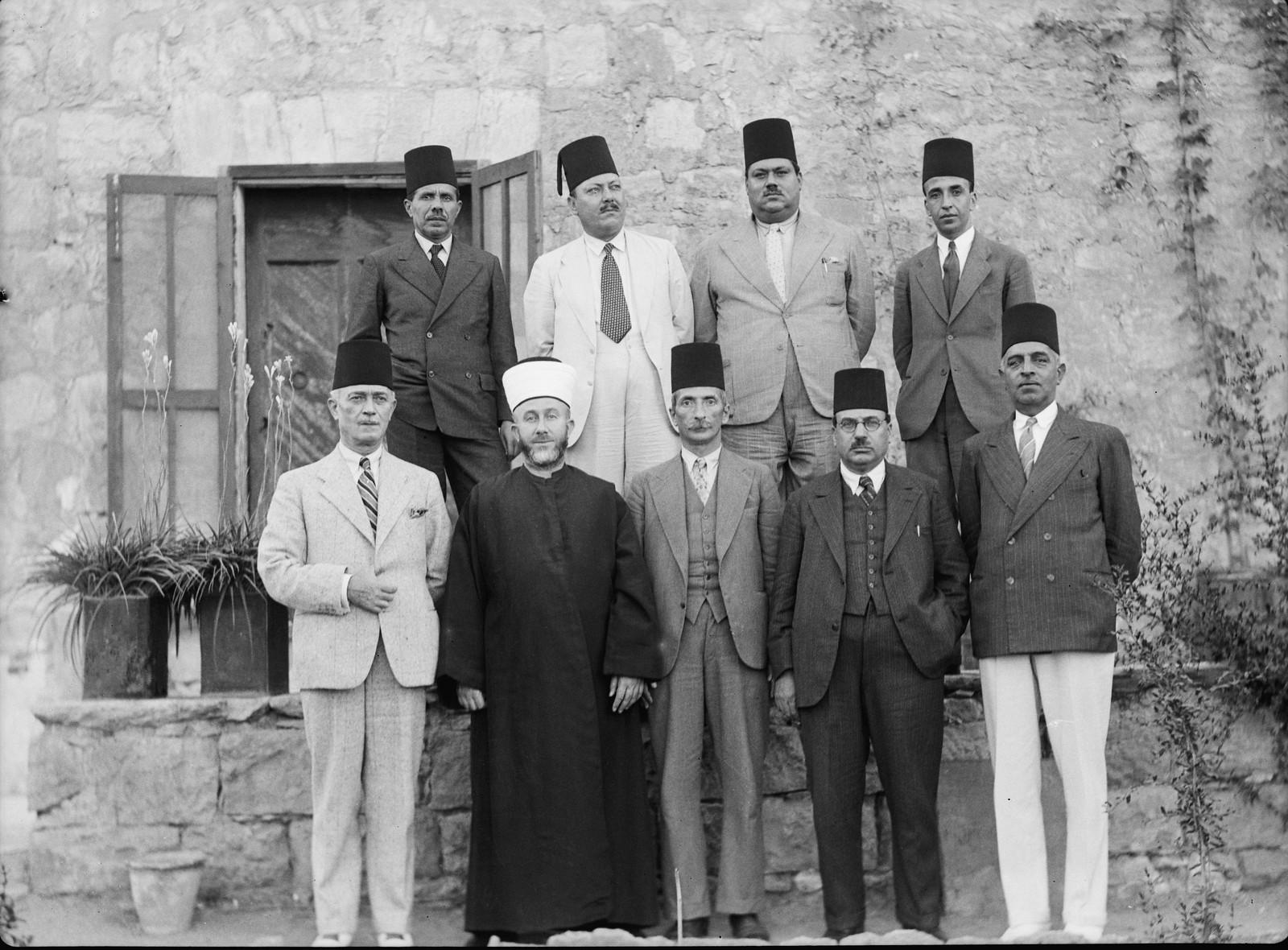 Члены Арабского высшего комитета. Первый ряд слева направо: Рагхеб Бей Нашишиби, председатель Партии обороны Хадж Амин эфф. Эль-Хуссейни, Великий муфтий и президент Комитета, Ахмед Хилми-паша, генеральный директор Иерусалимского арабского банка, Абдул Лат