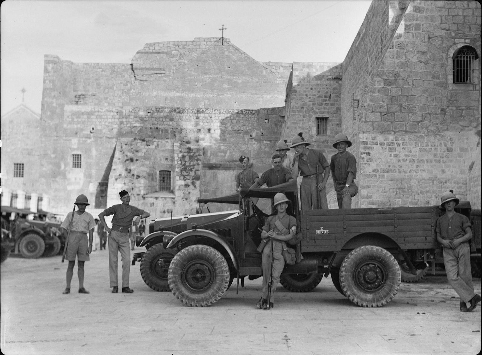 02. Войска и машины перед церковью Рождества в Вифлееме