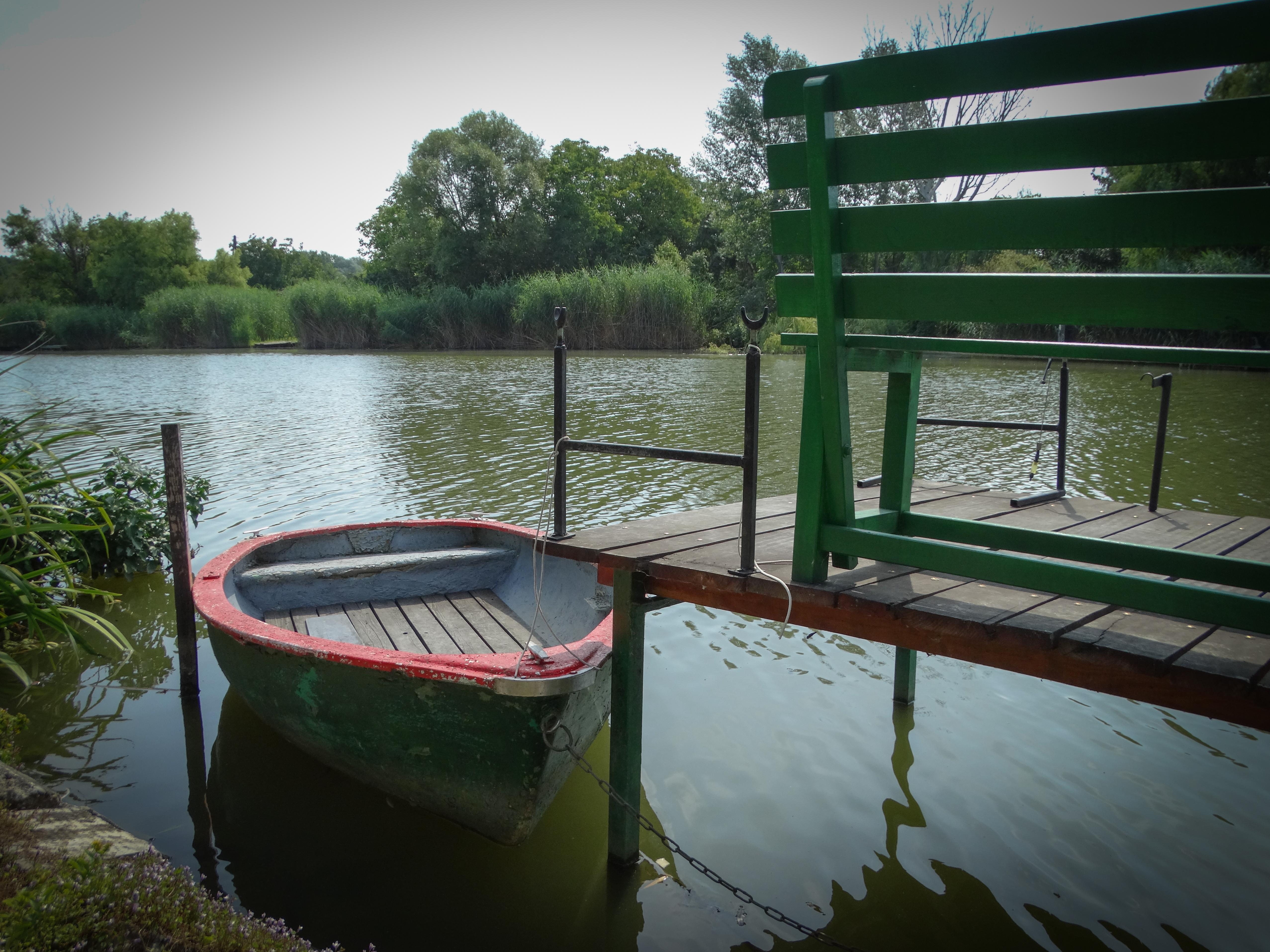 Stég csónakkal