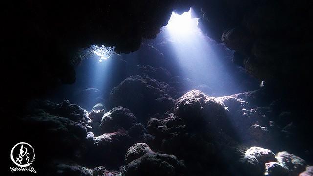 洞窟の中に差し込む光