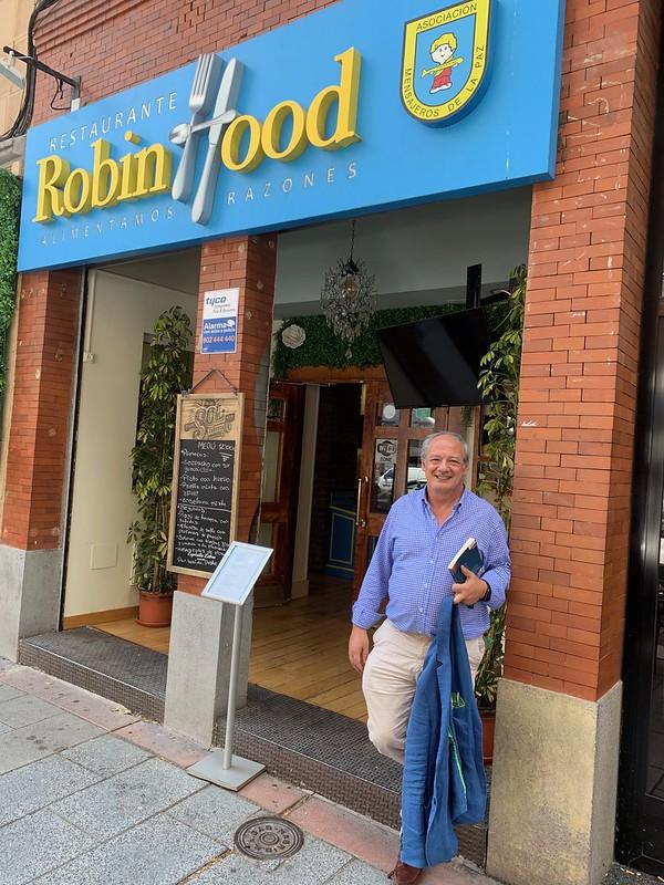 José María del Corral ante el restaurante Robin Hood del Padre Ángel