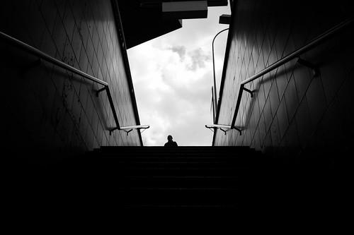 zürich selnau perspective pointofview pov bw noiretblanc streetphotography 35mm fujifilm x100f 2019 ch switzerland szu trainstation publictransport humanelement symmetry