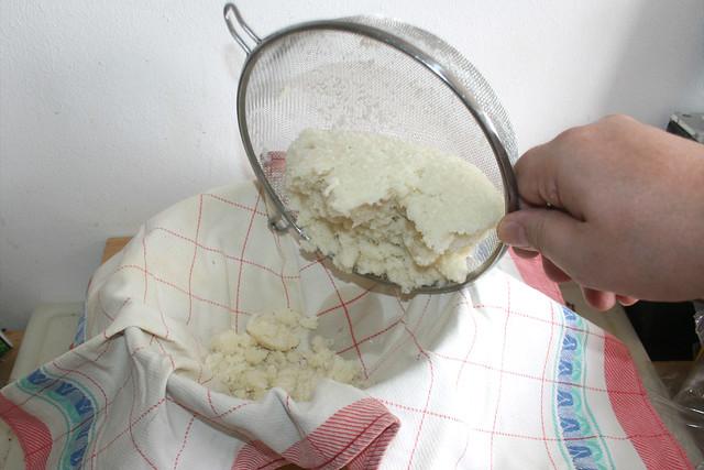 11 - Abgetropften Blumenkohl in Küchentuch geben / Put drained cauliflower in kitchen towel