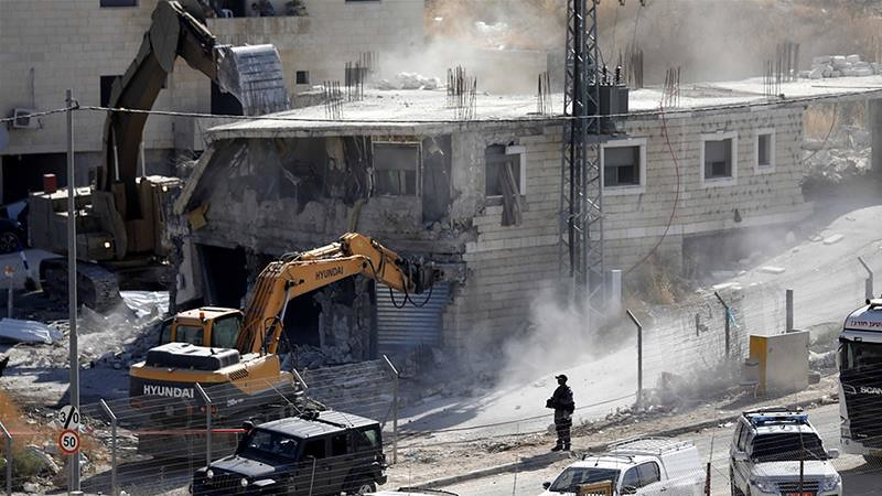 以色列軍隊怪手拆除巴勒斯坦人蘇巴赫社區的房屋。(圖片來源:Abed al-Hashlamoun/EPA)