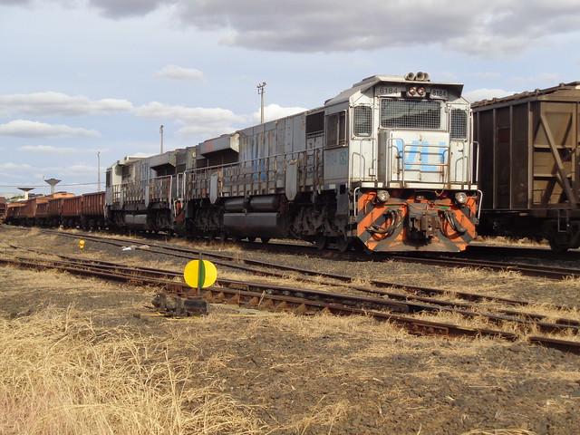 36807 GT46AC #8184 +8222 com trem M479 na Linha 6 do pátio de Uberlândia MG     (3)