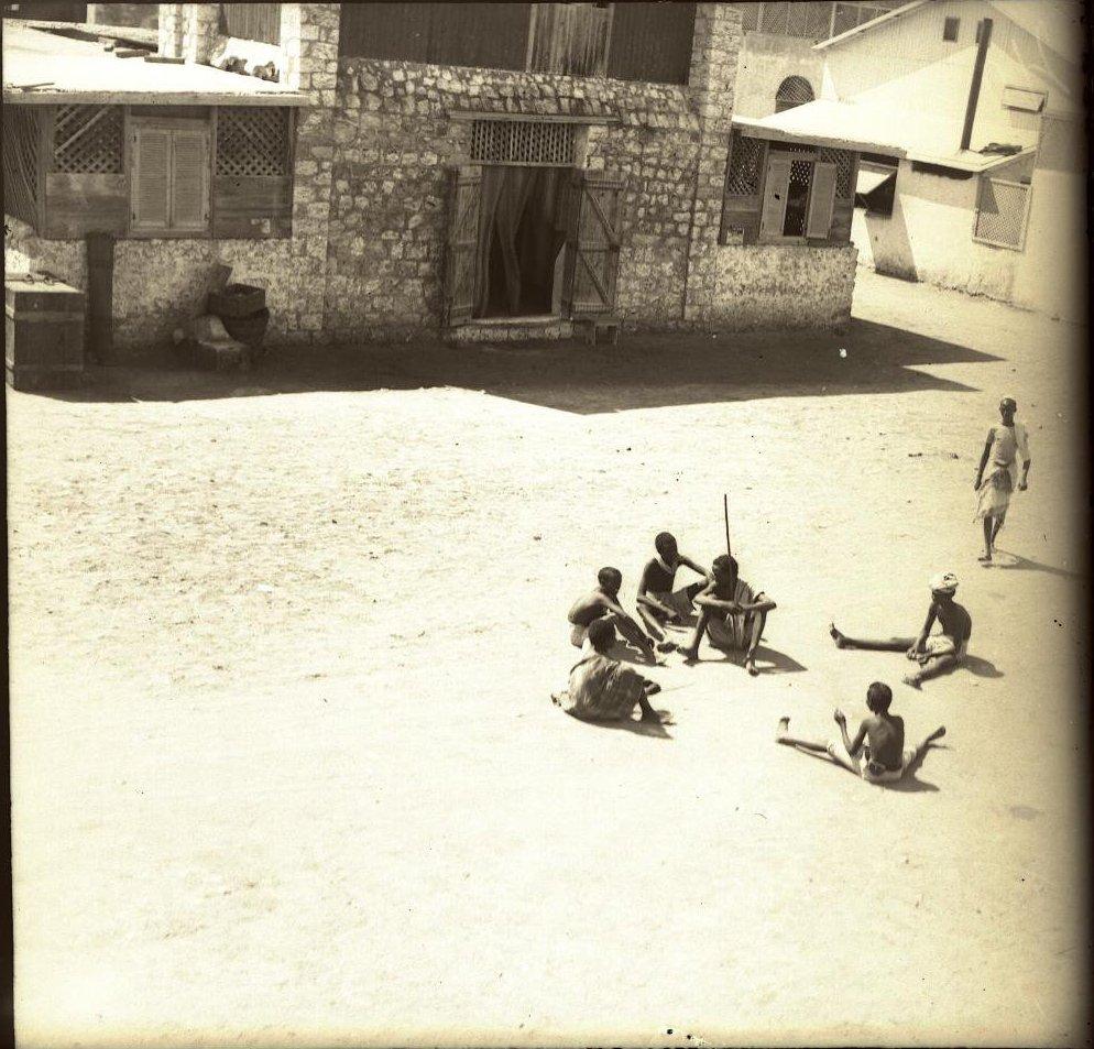86. Джибути. «Скелеты» на песке: группа сомалийцев