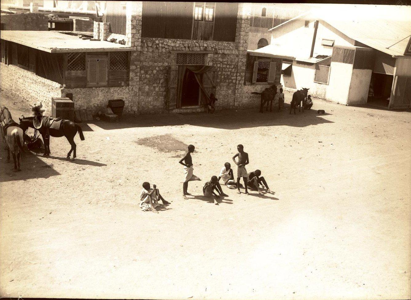 85. Джибути. «Скелеты» на песке группа сомалийцев