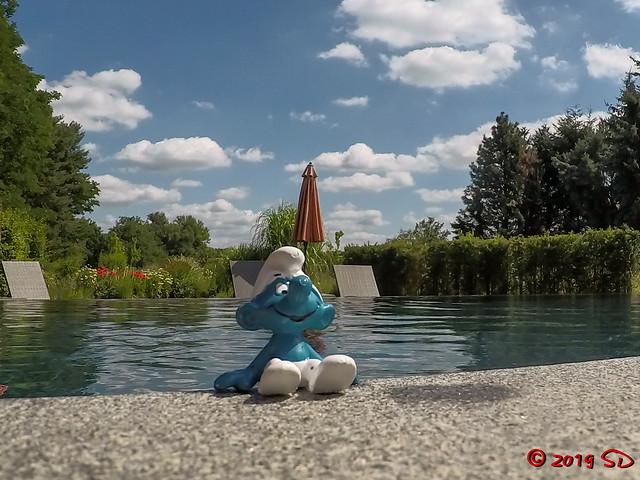 Schlumpfiges Chillen am Pool