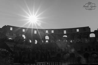 Cras sol ☀️❤️📷  #coliseo #coliseum #anfiteatro #romano #sunrays #ciudad #city #roma #italia #blackandwhite #shadow #turismo #tourism #viajar #travel #paisaje #landscape #photography #photographer #inspired_by_colour #MiFotoDR #sonyimages