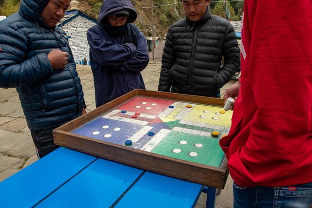 Les Népalais jouent à ce qui ressemble à nos petits chevaux